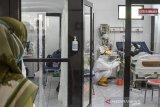 Tenaga kesehatan merawat pasien COVID-19 di Rumah Sakit Umum (RSU) Dadi Keluarga, Kabupetan Ciamis, Jawa Barat, Senin (14/6/2021). RSU tersebut menambah ruang isolasi untuk pasien COVID-19 menjadi 22 kamar serta menambah jumlah tenaga medis sekaligus memperpanjang jam shift kerja, untuk mengantisipasi lonjakan karena Ciamis masuk dalam zona merah COVID-19 dan Jabar masuk kategori sinyal bahaya penularan COVID-19 dari Kemenkes. ANTARA JABAR/Adeng Bustomi/agr