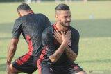 Pesepak bola asing baru Madura FC United (MUFC) Rafael Silva (kanan) mengikuti latihan perdana di Stadion Gelora Madura Ratu Pamelingan  Pamekasan, Jawa Timur, Senin (14/6/2021). Pemain berkebangsaan Brasil yang berposisi sebagai penyerang itu diharapkan dapat menambah daya gedor MUFC sekaligus melengkapi kuota pemain asingnya  guna menatap Liga 1 bulan Juli mendatang .  Antara Jatim/Saiful Bahri/zk