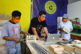 Tukang kayu membuat dekorasi rumah di ruang kerja perusahaan rintisan digital atau startup bernama Kampungtukang.com di Asrikaton, Malang, Jawa Timur, Senin (14/6/2021). Warga setempat yang sebagian besar mempunyai keahlian pertukangan, mendirikan dan mengelola perusahaan rintisan digital tersebut sebagai upaya pemberdayaan masyarakat sekaligus meningkatkan taraf hidup dengan jangkauan jasa layanan pertukangan yang makin luas. Antara Jatim/Ari Bowo Sucipto/zk