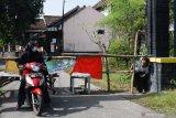 Warga berusaha menerobos portal penutup akses menuju Desa Bantengan, Wungu, Kabupaten Madiun, Jawa Timur, Senin (14/6/2021). Penutupan jalan dilakukan setelah 66 warga Dusun Bulurejo, Bantengan dinyatakan positif COVID-19 setelah ada hajatan resepsi pernikahan hingga akhirnya akses keluar masuk wilayah tersebut ditutup guna pencegahan penularan COVID-19. Antara Jatim/Siswowidodo/zk