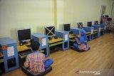 Sejumlah murid mengikuti simulasi pembelajaran tatap muka (PTM) di Taman Kanak-kanak As-Salam, Bandung, Jawa Barat, Senin (14/6/2021). Pemerintah Kota Bandung mencatat dari 3.523 sekolah yang terdiri dari semua jenjang, hanya 319 sekolah yang dapat melaksanakan simulasi PTM setelah dinyatakan lolos verifikasi dari tim monitoring dan evaluasi gabungan. ANTARA JABAR/Raisan Al Farisi/agr