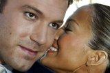 Ben Affleck dan Jennifer Lopez kedapatan berciuman