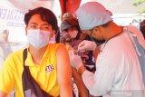 Petugas menyuntikan vaksin COVID-19 ke lengan pengendara motor dalam program vaksinasi lantatur (layanan tanpa turun) di GOR Lembupeteng, Tulungagung, Jawa Timur, Selasa (15/6/2021). Program vaksinasi COVID-19 di Tulungagung sampai saat ini telah mencapai 58 persen   dari total target sasaran sebanyak 117 ribu warga hingga Juli 2021. Antara Jatim/Destyan Sujarwoko/zk