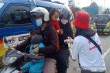 Relawan Palang Merah Indonesia (PMI) memberikan cairan hand sanitizer kepada pengguna jalan. (Antara/HO/PMI/IFRC).