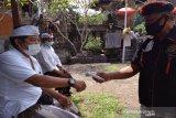 Relawan Palang Merah Indonesia (PMI) sedang mengukur suhu pada beberapa warga. (Antara/HO/PMI/IFRC).