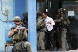 Prajurit Batalyon Intai Amfibi (Yontaifib) Korps Marinir TNI AL melakukan latihan pembebasan sandera bersama United States Marines Corps Reconnaissance Unit bersandi Reconex 21-II di Pancer, Pesanggaran, Banyuwangi, Jawa Timur, Senin (15/6/2021). Aksi pembebasan sandera itu merupakan pengaplikasian skenario latihan pasukan elit kedua negara di Pusat Latihan Pertempuran Marinir (Puslatpurmar) 5 Baluran dan Puslatpurmar 7 Lampon selama dua pekan. ANTARA FOTO/Budi Candra Setya/nym.