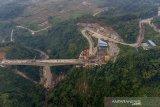 Foto udara struktur jembatan tertinggi proyek Kereta Cepat Jakarta - Bandung Section Tunnel #6 DK 88 di Desa Depok, Purwakarta, Jawa Barat, Selasa (15/5/2021). Konstruksi jembatan tersebut memiliki tinggi lebih dari 60 meter dan panjang 160 meter tipe Balance Cantilever serta dikerjakan dengan metode cor di tempat menggunakan alat form traveler selama 14 bulan. ANTARA JABAR/M Ibnu Chazar/agr