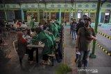 Sejumlah warga antre untuk mendapatkan vaksin COVID-19 di Pasar Baru Trade Center, Bandung, Jawa Barat, Selasa (15/6/2021). Kementerian Kesehatan mencatat, sebanyak 11.615.862 orang telah menerima vaksin COVID-19 dosis pertama dan kedua atau setara 28,79 persen dari target 45.349049 untuk tahap satu dan dua. ANTARA JABAR/Raisan Al Farisi/agr