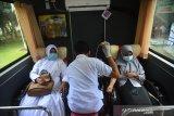 KEGIATAN DONOR DARAH DI TENGAH PANDEMI COVID-19. Petugas Palang Merah Indonesia (PMI) melakukan transfusi darah pendonor saat berlangsung kegiatan donor menggunakan mobil keliling di Puskesmas Blang Bintang, Kabupaten Aceh Besar, Aceh, Senin (14/6/2021). Kegiatan donor darah diikuti masyarakat, personil TNI,Polri dan ASN tersebut untuk memenuhi kebutuhan darah di tengah pandemi COVID-19 dan sekaligus memperingati Hari Donor Darah Sedunia. ANTARA FOTO/Ampelsa.