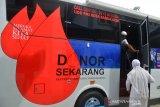 KEGIATAN DONOR DARAH DI TENGAH PANDEMI COVID-19. Warga menaiki  mobil keliling Palang Merah Indonesia (PMI) saat mengikuti kegiatan donor darah di Puskesmas Blang Bintang, Kabupaten Aceh Besar, Aceh, Senin (14/6/2021). Kegiatan donor darah diikuti masyarakat, personil TNI,Polri dan ASN tersebut untuk memenuhi kebutuhan darah di tengah pandemi COVID-19 dan sekaligus memperingati Hari Donor Darah Sedunia. ANTARA FOTO/Ampelsa.