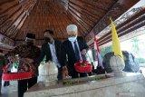 Assisten konsulat keduataan Korea Selatan di Indonesia Lee Kyeoung Youn (Kanan) didampingi Wakil Walikota Blitar Tjutjuk Sunario (Kiri) menabur bunga pada pusara makam ayahanda Presiden Soekarno Raden Soekemi Sosrodiharjo saat berkunjung ke Kota Blitar, Jawa Timur, Selasa (15/6/2021). Kunjungan tersebut merupakan diskusi awal antara Pemerintah Korea Selatan melalui kedutaannya di Indonesia dengan Pemerintah Kota Blitar terkait rencana kerjasama dalam bidang pertanian, pariwisata, pendidikan, serta penyaluran tenaga kerja musiman yang diharapkan mampu menunjang peningkatan ekonomi. Antara Jatim/Irfan Anshori/zk