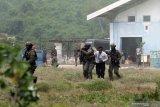 Aksi pembebasan sandera Prajurit Batalyon Intai Amfibi (Yontaifib) Korps Marinir TNI AL dalam latihan bersama United States Marines Corps Reconnaissance Unit bersandi Reconex 21-II di Pancer, Pesanggaran, Banyuwangi, Jawa Timur, Senin (15/6/2021). Aksi pembebasan sandera itu merupakan pengaplikasian skenario latihan pasukan elit kedua negara di Pusat Latihan Pertempuran Marinir (Puslatpurmar) 5 Baluran dan Puslatpurmar 7 Lampon selama dua pekan. Antara Jatim/Budi Candra Setya/zk