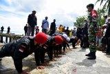 Ketua Kelompok Pemuda, Bambang Sella (kanan), menggembleng anggota baru Delta18, sebuah kelompok swadaya masyarakat untuk memberantas narkoba di Negeri Kabauw Kabupaten Maluku Tengah, Provinsi Maluku, Selasa (15/6/2021). (ANTARA FOTO/FB Anggoro)