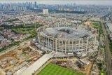 Foto aerial pembangunan Jakarta International Stadium (JIS) yang memasuki tahap pemasangan rangka atap di Papanggo, Tanjung Priok, Jakarta, Rabu (16/6/2021). Pemasangan rangka atap JIS yang memiliki berat 3.900 ton dengan bentang 269 meter tersebut menggunakan sistem 'heavy lifting' yaitu proses perakitan struktur utama dan struktur ruang dilakukan di lantai dasar untuk kemudian dilakukan pengangkatan secara bersamaan dengan sekali angkat. ANTARA FOTO/Galih Pradipta/nym.