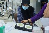TES BUTA WARNA CALON MAHASISWA ACEH. Calon mahasiswa baru mengenakan masker mengikuti tes buta warna di Rumah Sakit Umum Daerah Meuraxa, Banda Aceh, Aceh, Rabu (16/6/2021). Sekitar 3.625 calon mahasiswa baru yang lulus Seleksi Bersama Masuk Perguruan Tinggi Negeri (SBMPTN) tahun akademik 2021/2022 di Universitas Syiah Kuala (USK) tesebut diwajibkan mengikuti tes buta warna sebagai salah satu persyaratan masuk perguruan tinggi. ANTARA FOTO/Ampelsa.