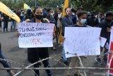 Sejumlah aktivis yang tergabung dalam Pergerakan Mahasiswa Islam Indonesia (PMII) melakukan aksi unjuk rasa di Kantor Pemkab Jember, Jawa Timur, Rabu (16/6/2021). Dalam aksinya mereka menolak industri tambak modern dan tambang pasir besi di pesisir selatan Jember karena merusak lingkungan. Antara Jatim/Seno/ZK