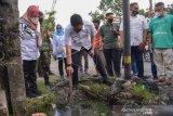 Wali Kota Medan Bobby Nasution (tengah) meninjau saluran drainase yang bermasalah di Jalan Sunggal, Medan, Sumatera Utara, Rabu (16/06/2021). Peninjauan tersebut sebagai respon terhadap keluhan warga yang mengeluhkan saluran drainase di kawasan tersebut tersumbat dan mengakibatkan banjir jika hujan turun. ANTARA FOTO/Fransisco Carolio/Lmo/foc.