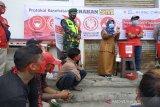 Relawan Palang Merah Indonesia (PMI) bersama petugas sedang memberikan edukasi mengenai Perilaku Hidup Bersih dan Sehat (PHBS) di masyarakat yang dapat membantu untuk menekan penyebaran COVID-19 di Kelurahan Benteng, Kecamatan Warudoyong, Jawa Barat. (Antara/HO/PMI/IFRC).