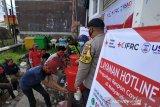 Relawan Palang Merah Indonesia (PMI) bersama petugas sedang memberikan edukasi cara meencuci tangan yang baik dan benar kepada pemuda warga di Kelurahan Benteng, Kecamatan Warudoyong, Jawa Barat. (Antara/HO/PMI/IFRC).