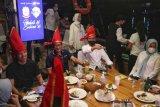Wali Kota Makassar menjamu Menparekraf dan Youtuber Atta Halilintar di atas Pinisi