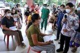 Wakil Menteri Kesehatan Dante Saksono Harbuwono (kanan) berbincang dengan warga yang akan menjalani vaksinasi COVID-19 di RSD Mangusada, Badung, Bali, Kamis (17/6/2021). Kegiatan tersebut untuk melihat pelayanan kesehatan bagi warga lanjut usia di RSD Mangusada serta Puskesmas II Denpasar Selatan dalam rangkaian peringatan Hari Lanjut Usia Nasional 2021 dan meninjau pelaksanaan vaksinasi COVID-19 di Bali. ANTARA FOTO/Fikri Yusuf/nym.