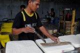 Pekerja memotong tahu di Desa Teja Timur, Pamekasan, Jawa Timur, Rabu (16/6/2021). Kemendag mengungkap tingginya harga kedelai impor disebabkan negara produsen seperti AS belum memasuki panen raya sehingga berdampak pada tingginya harga kedelai dunia yang mencapai 15.42 dolar AS per bushels atau sekitar 566 dolar AS per ton pada awal Juni lalu. Antara Jatim/Saiful Bahri/zk
