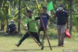 Seorang pelajar terjatuh saat kompetisi olahraga tradisional egrang di Desa Paron, Kediri, Jawa Timur, Rabu (16/6/2021). Kegiatan yang diselenggarakan Dinas Pendidikan daerah setempat tersebut diikuti oleh 32 pelajar tingkat SMP se-Kediri guna memperkenalkan dan melestarikan olahraga tradisional kepada generasi muda. Antara Jatim/Prasetia Fauzani/zk