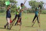 Dua orang pelajar beradu cepat saat kompetisi olahraga tradisional egrang di Desa Paron, Kediri, Jawa Timur, Rabu (16/6/2021). Kegiatan yang diselenggarakan Dinas Pendidikan daerah setempat tersebut diikuti oleh 32 pelajar tingkat SMP se-Kediri guna memperkenalkan dan melestarikan olahraga tradisional kepada generasi muda. Antara Jatim/Prasetia Fauzani/zk