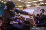 Anggota KPU Kota Banjarmasin membuka kotak suara yang berisi hasil rekapitulasi penghitungan suara tingkat Kota untuk di sampaikan saat Rapat Pleno Terbuka Rekapitulasi Hasil Penghitungan Suara Tingkat Provinsi di Hotel Gsign, Banjarmasin, Kalimantan Selatan, Kamis (17/6/2021). Komisi Pemilihan Umum (KPU) Provinsi Kalimantan Selatan menggelar Rapat Pleno Terbuka Rekapitulasi Hasil Penghitungan Suara Tingkat Provinsi pascaputusan Mahkamah Konstitusi (MK) dalam pemilihan Gubernur dan Wakil Gubernur Kalimantan Selatan tahun 2020. Foto Antaranews Kalsel/Bayu Pratama S.