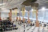 Petugas pelayanan bandara mengantre untuk mengikuti vaksinasi COVID-19 Astrazeneca tahap kedua di Lobby Baru Terminal 1 Bandara Internasional Juanda di Sidoarjo, Jawa Timur, Kamis (17/6/2021). Sebanyak 2000 petugas pelayanan, karyawan maskapai, AirNav, petugas kebersihan, keamanan publik, dan mitra usaha lainnya menerima vaksinasi COVID-19 yang diadakan PT Angkasa Pura I Kantor Cabang Bandara Juanda. Antara Jatim/Umarul Faruq/zk