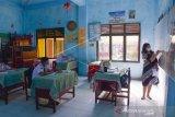 Suasana simulasi pembelajaran tatap muka (PTM) di SMP Negeri 07 Medan, Sumatera Utara, Kamis (17/06/2021). Dinas Pendidikan Kota Medan melakukan simulasi Pembelajaran Tatap Muka (PTM) dengan menerapkan protokol kesehatan saat proses belajar mengajar dan membatasi jumlah siswa maksimal 25 persen dari jumlah murid yang ada di setiap kelas. ANTARA FOTO/Fransisco Carolio/Lmo/rwa.