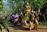 Umat Budha melakukan kirab saat ritual peletakan Patung Dewi Sri atau Dewi Tara di Dusun Manguntosari, Kali Manggis, Kaloran, Temanggung, Jawa Tengah, Jumat (18/6/2021). Ritual perpaduan tradisi budaya Jawa dengan ajaran agama Budha tersebut sebagai perhormatan kepada Dewi Sri yang diyakini sebagai dewi kesuburan dan pertanian. ANTARA FOTO/Anis Efizudin/nym.