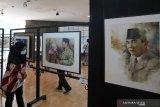 Pengunjung memperhatikan lukisan yang dipamerkan saat pameran lukisan bertajuk Jejak Putera Sang Fajar di Perpustakaan Nasional Bung Karno Blitar, Jawa Timur, Jumat (18/6/2021). Pameran lukisan cat air yang memamerkan 30 lukisan karya 30 seniman lukis nasional asal Jogjakarta, Jakarta, Solo, dan Denpasar tersebut digelar dalam rangka jelang peringatan meninggalnya (Haul) Presiden Soekarno pada 21 Juni. Antara Jatim/Irfan Anshori/zk