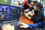 Pengembang permainan atau gim untuk gawai dan komputer yang tergabung dalam komunitas Raion berdiskusi untuk membuat produk baru di Malang, Jawa Timur, Jumat (18/6/2021). Kementerian Pariwisata dan Ekonomi Kreatif (Kemenparekraf) berupaya mengembangkan industri gim nasional dengan mendorong terbentuknya komunitas dan ekosistem yang ideal guna meningkatkan ketrampilan para pengembang gim. Antara Jatim/Ari Bowo Sucipto/zk