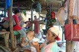 Sejumlah warga berada di tenda darurat di pengungsian. Sebanyak 7.227 warga di kecamatan Tehoru, Kabupaten Maluku Tengah masih bertahan di dataran tinggi untuk mengungsikan diri karena trauma usai diguncang gempa dengan magnitudo 6.1 pada Rabu (16/6). (ANTARA/HO-BPBD Malteng)