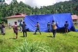 Warga bersama TNI dan petugas BPBD mendirikan tenda darurat untuk pengungsi. Sebanyak 7.227 warga di kecamatan Tehoru, Kabupaten Maluku Tengah masih bertahan di dataran tinggi untuk mengungsikan diri karena trauma usai diguncang gempa dengan magnitudo 6.1 pada Rabu (16/6). (ANTARA/HO-BPBD Malteng)