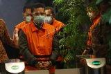 Empat mantan anggota DPRD Jambi mengenakan rompi tahanan seusai ditetapkan sebagai tersangka, di Gedung Merah Putih Komisi Pemberantasan Korupsi (KPK), Jakarta, Kamis (17/6/2021). KPK kembali menetapkan empat tersangka antara lain Fahrurrozi (FR), Arrakmat Eka Putra (AEP), Wiwid Iswhara (WI) dan Zainul Arfan (ZA) atas kasus dugaan suap terkait pengesahan RAPBD Provinsi Jambi tahun 2017-2018 atau yang sering disebut suap