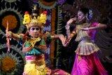 Penari menampilkan tari klasik India yang dikolaborasikan dengan tari tradisional Bali di Taman Budaya Bali, Denpasar, Bali, Sabtu (19/6/2021). Pagelaran tari klasik India bertajuk