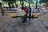 Petugas memasang garis larangan beraktivitas di area Taman Bermain Anak-Anak, Denpasar, Bali, Sabtu (19/6/2021). Pemasangan garis larangan tersebut untuk mengantisipasi terjadinya kerumunan serta mencegah penularan COVID-19 bagi anak-anak menyusul tren kasus COVID-19 di Denpasar mengalami peningkatan. ANTARA FOTO/Nyoman Hendra Wibowo/nym