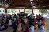 Peziarah memanjatkan doa di pusara Makam Presiden Soekarno di Kota Blitar, Jawa Timur, Minggu (20/6/2021). Doa lintas agama tersebut dalam rangka jelang peringatan hari wafatnya (Haul) Presiden Soekarno ke-51 pada tanggal 21 Juni. Antara Jatim/Irfan Anshori/zk