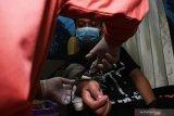 Petugas Palang Merah Indonesia (PMI) melakukan transfusi darah di dalam Mobil Unit Donor Darah di kawasan taman Sumber Wangi Kota Madiun, Jawa Timur, Sabtu (19/6/2021). Kegiatan bakti sosial yang digelar Partai Demokrasi Indonesia Perjuangan (PDIP) bekerja sama dengan PMI Kota Madiun tersebut dalam rangka peringatan Bulan Bung Karno 2021. Antara Jatim/Siswowidodo/zk