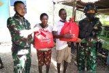 TNI di Mimika bagi 250 paket sembako untuk warga Nayaro