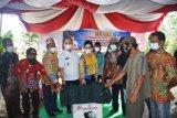 Bupati Kapuas serahkan bantuan 10 perahu untuk nelayan