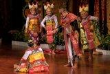 Seniman dari Komunitas Seni Keluarga Kesenian Bali Radio Republik Indonesia menampilkan kesenian arja klasik berjudul 'pasah nemu kajeng' dalam pagelaran Pesta Kesenian Bali ke-43 di Taman Budaya Bali, Denpasar, Bali, Minggu (20/6/2021). Pagelaran tersebut digelar untuk melestarikan kesenian arja klasik atau opera khas Bali agar tidak punah seiring berkembangnya kesenian modern. ANTARA FOTO/Nyoman Hendra Wibowo/nym.