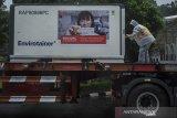 Karyawan memeriksa kondisi suhu Envirotainer berisi bahan baku vaksin COVID-19 Sinovac saat tiba di Bio Farma, Bandung, Jawa Barat, Minggu (20/6/2021).  Pemerintah Indonesia kembali menerima sebanyak 10 juta bulk Vaksin COVID-19 Sinovac dalam pengiriman tahap 17 yang akan diproses di Bio farma menjadi dosis vaksin COVID-19 sebanyak 7,8 juta dosis yang selesai pada awal juli 2021 mendatang. ANTARA FOTO/Novrian Arbi/agr