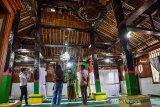 Sejumlah wisatawan lokal mengunjungi Masjid Wapauwe di Negeri (Desa) Kaitetu Kabupaten Maluku Tengah, Provinsi Maluku, Minggu (20/6/2021). Masjid Wapauwe merupakan masjid tertua di Maluku, dibangun pada 1414 di daerah Wamane dan menurut legenda warga setempat masjid itu berpindah sendiri ke lokasi sekarang pada 1664, dan kini menjadi objek wisata religi karena arsitektur uniknya yang dibangun tanpa paku dan nilai historisnya tentang penyebaran Islam di Maluku. ANTARA FOTO/FB Anggoro. (ANTARA FOTO/FB Anggoro)