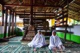 Sejumlah warga berada di Masjid Wapauwe di Negeri (Desa) Kaitetu Kabupaten Maluku Tengah, Provinsi Maluku, Minggu (20/6/2021).  (ANTARA FOTO/FB Anggoro)