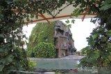 Suasana wisata air terjun buatan yang sepi di komplek wisata Bojongsari, Indramayu, Jawa Barat, Minggu (20/6/2021). Pemerintah Kabupaten Indramayu menutup sejumlah objek wisata untuk mencegah penularan COVID-19 yang terus meningkat. ANTARA FOTO/Dedhez Anggara/agr