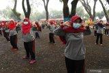Warga lanjut usia (lansia) mengikuti senam bersama dengan menerapkan protokol kesehatan pencegahan COVID-19 di Kota Madiun, Jawa Timur, Jumat (18/6/2021). Kegiatan senam bersama lansia yang diikuti ratusan warga lansia se-Kota Madiun tersebut dimaksudkan untuk menjaga keburan dan meningkatkan imunitas tubuh pada masa pandemi COVID-19. Antara Jatim/Siswowidodo/zk
