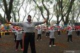 Warga lanjut usia (lansia) mengikuti senam bersama dengan menerapkan protokol kesehatan pencegahan COVID-19 di Kota Madiun, Jawa Timur, Jumat (18/6/2021). Kegiatan senam bersama lansia yang diikuti ratusan warga lansia se-Kota Madiun tersebut dimaksudkan untuk menjaga keburan dan meningkatkan imunitas tubuh pada masa pandemi COVID-19. Antara Jatim/Siswowidodo